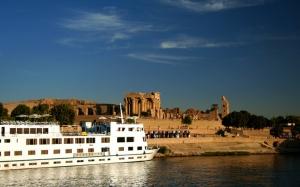 nile-cruises-kom-ombo-ship-full